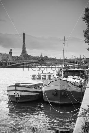 Фотография на тему Жилая баржа на реке Сена в Париже с Эйфелевой башней на заднем плане. Франция
