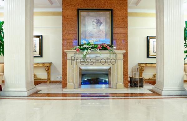 Камин в гостиной в роскошном доме
