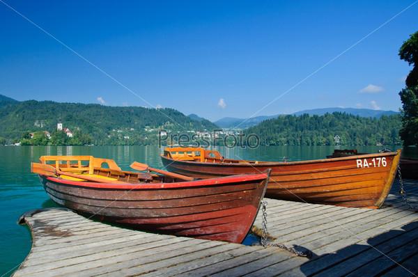 Фотография на тему Красочные лодки на озере Блед. Словения, Европа