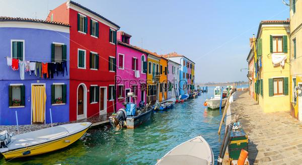Панорама красочных домов Бурано. Италия