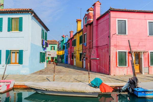Панорама красочных домов в Бурано. Италия