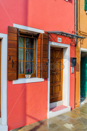 Дверь красочного дома в Бурано. Венеция. Италия