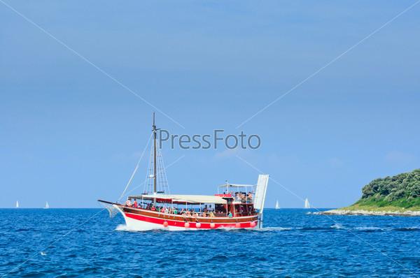 Туристы, плавающие на белом катере в Адриатическом море