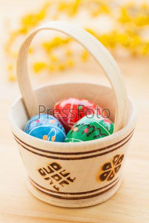 Фотография на тему Пасхальные яйца в корзине