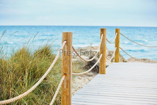 Красивый деревянный мосток к пляжу