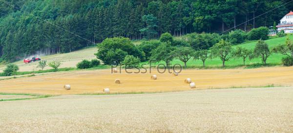 Панорама поля с тюками сена в Альпах