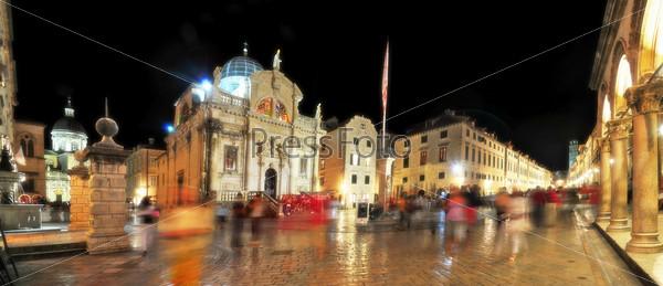 Жаркий вечер на Староместской площади в Дубровнике. Хорватия. Панорама