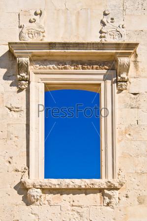Античное окно с голубым небом. Достопримечательности Хорватии