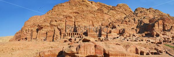 Панорама пещер в затерянном городе Петра, Иордания