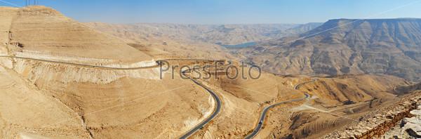 Горный серпантин в каньоне Вади Маджиб в Иордании. Панорама