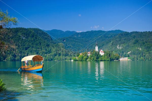 Красочные лодки на озере Блед. Словения, Европа