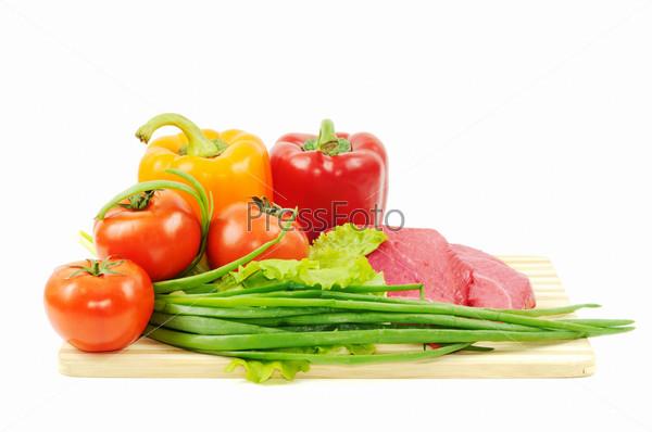 Фотография на тему Овощи и сырая говядина на белом фоне