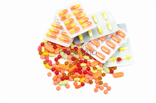 Яркие таблетки и блистеры на белом фоне