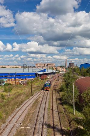 Индустриальный пейзаж с дымоходами и поездами