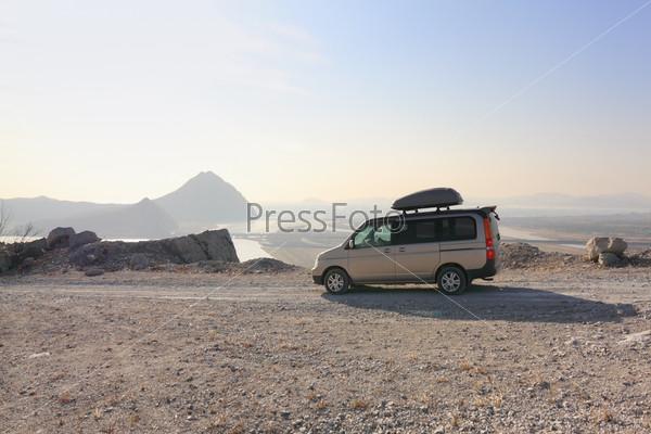Фотография на тему Микроавтобус на грунтовой горной дороге