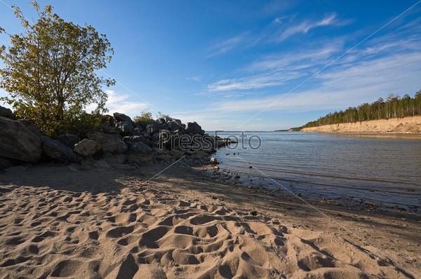 Вид на каменистое побережье моря и пляж, Россия