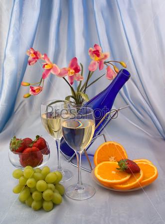 Фотография на тему Два бокала вина с фруктами и орхидеями