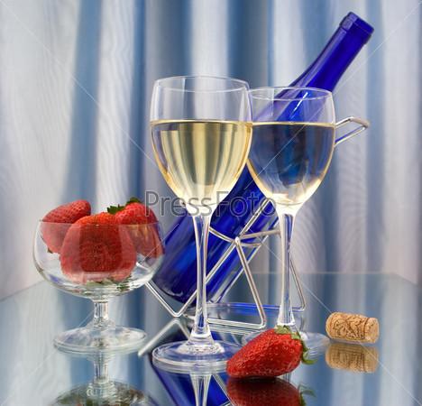 Фотография на тему Два бокала вина и клубника