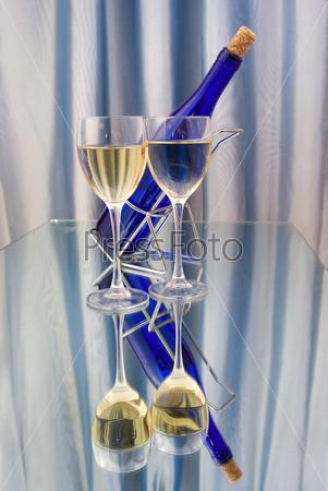 Фотография на тему Два бокала вина и темно-синяя бутылка