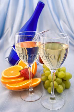 Два бокала вина с фруктами