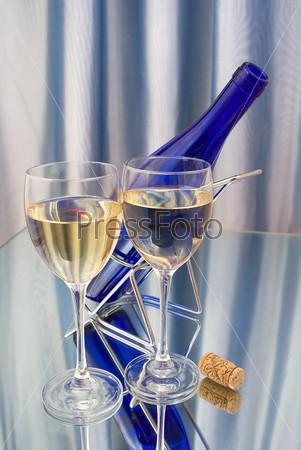 Два бокала вина и темно-синяя бутылка