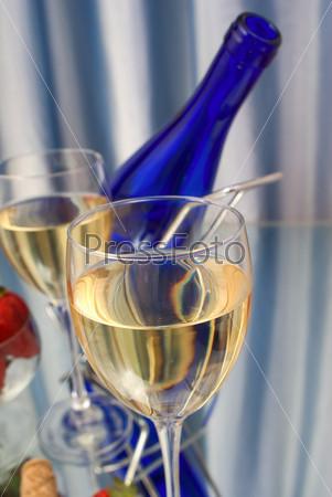 Два бокала вина и клубника