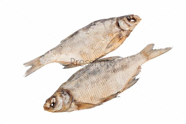 Сушеная рыба, изолированная на белом фоне