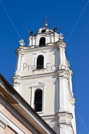 Колокольня церкви Святого Иоанна на фоне голубого неба. Вильнюс. Литва
