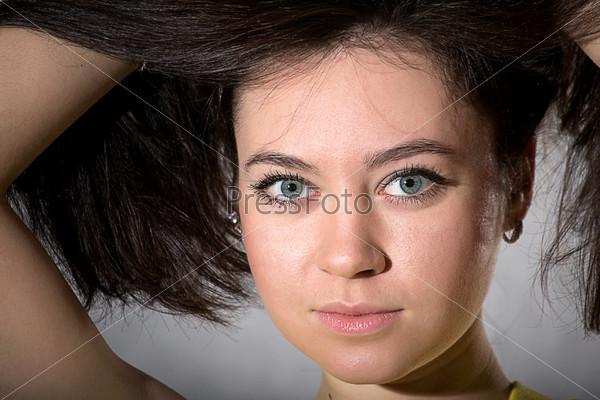 Фотография на тему Женщина на сером фоне