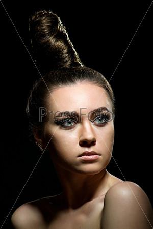 Фотография на тему Женщина на черном фоне
