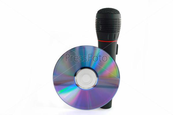 Микрофон и компакт-диск на белом фоне