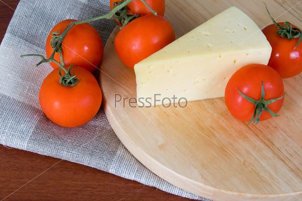 Фотография на тему Сыр со свежими томатами на сером фоне