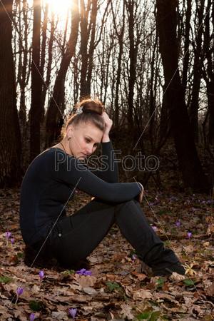 Красивая девушка в весеннем лесу