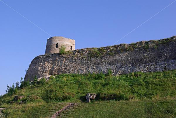 Старая заброшенная крепость в Изборске, Псковская область, Россия