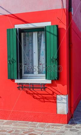Окно красочного дома в Бурано. Венеция. Италия