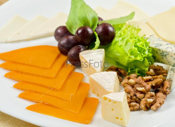 Сыр, салата, виноград и орехи крупным планом