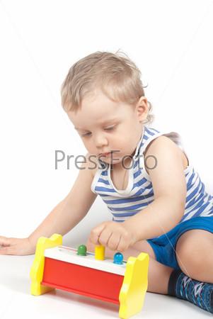 Маленький мальчик с игрушкой, изолированный на белом фоне