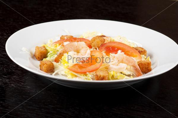 Салат с тигровыми креветками, салатом, китайской капустой, помидорами, чесночными сухариками, сыром пармезан и соусом