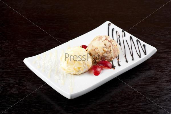 Десерт из мороженого с миндалем, шоколада и винограда