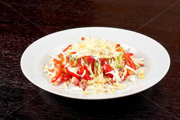 Салат из говяжьего языка, сервелата, куриного мяса, свежих помидор, огурцов, перца, яйца, сыра и майонеза