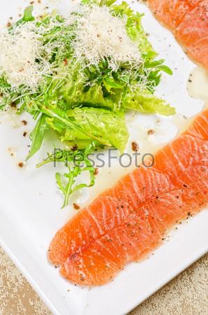 Фотография на тему Рыбный карпаччо с салатом и моцареллой