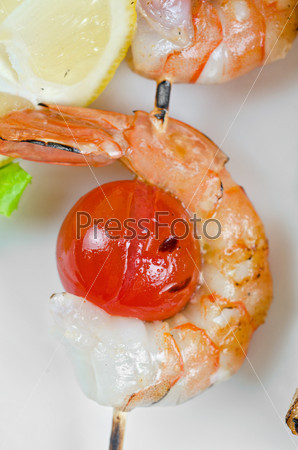 Жареные креветки и помидоры с лососем на бамбуковых палочках
