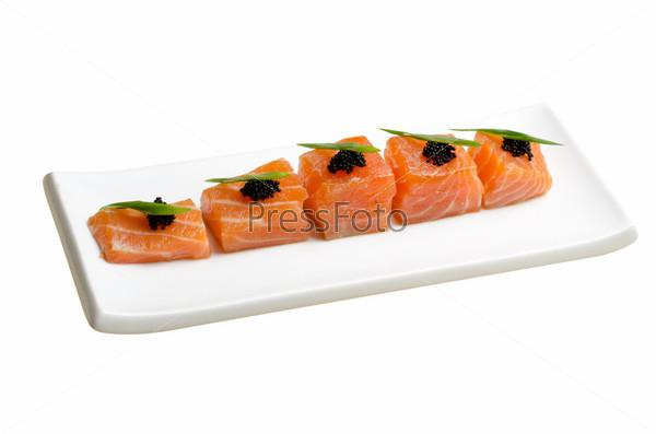 Ломтики лосося с черной икрой тобико и зеленью