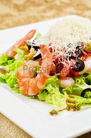 Фотография на тему Салат с креветками, икрой, кальмарами, салатом, оливками, помидорами и моцареллой