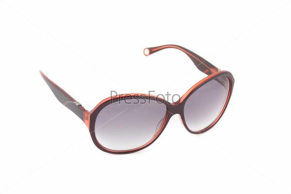 Современные солнцезащитные очки на белом фоне
