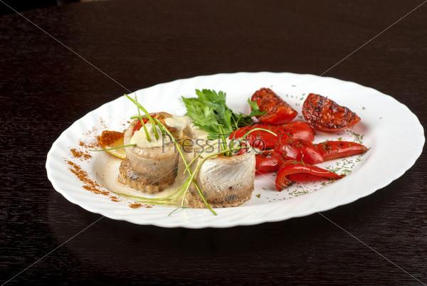 Филе судака, фаршированное форелью с жареным перцем, помидорами и луком-порей