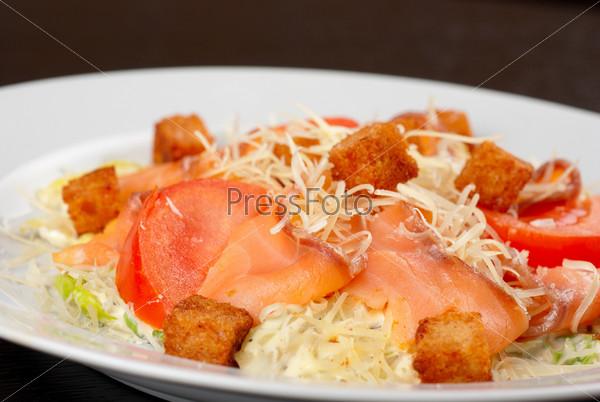 Салат из салата, китайской капусты, помидор, чессных гренок, сыра пармезан, соуса и филе копченого лосося