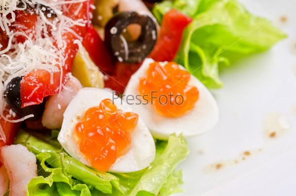 Салат с креветками, икрой, кальмарами, салатом, оливками, помидорами и моцареллой