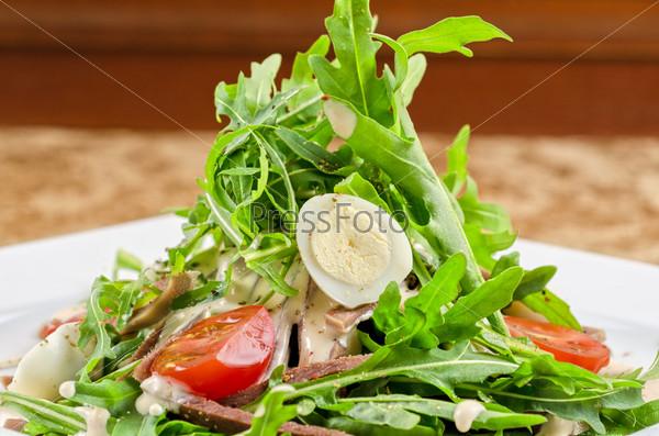 Вкусный салат из языка говядины с яйцами, рукколой, помидорами, специями и соусом