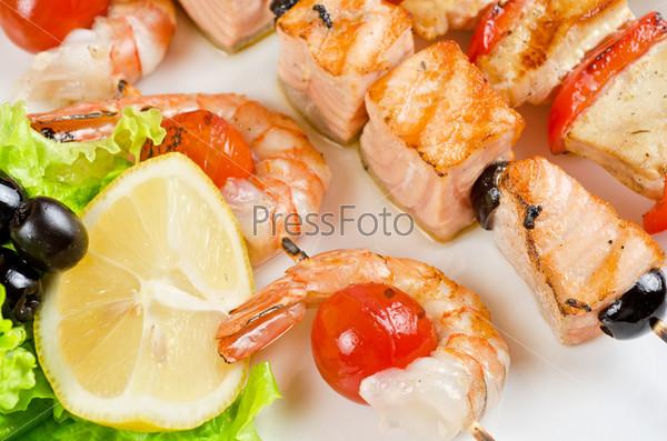 Фотография на тему Жареные креветки и помидоры с лососем на бамбуковых палочках